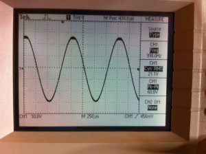 Before image of 370 output at the onset of clipping. The top of the waveform is fattening and flattening and the bottom is still nicely rounded. Doing 21.1V into 4 ohm load for 111W.